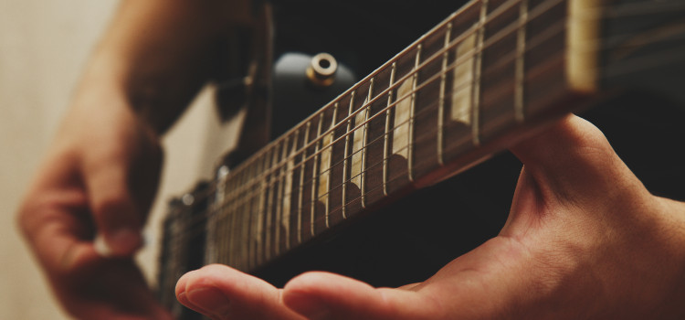 how many frets are on a electric guitar